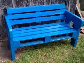 Szukasz tanich mebli ogrodowych? Zrób je sam! Świetną propozycją jest ławka z palet