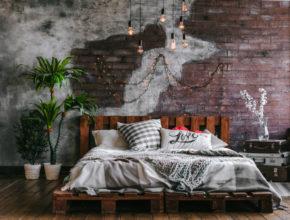 Jak zaaranżować białe łóżko z palet w sypialni?